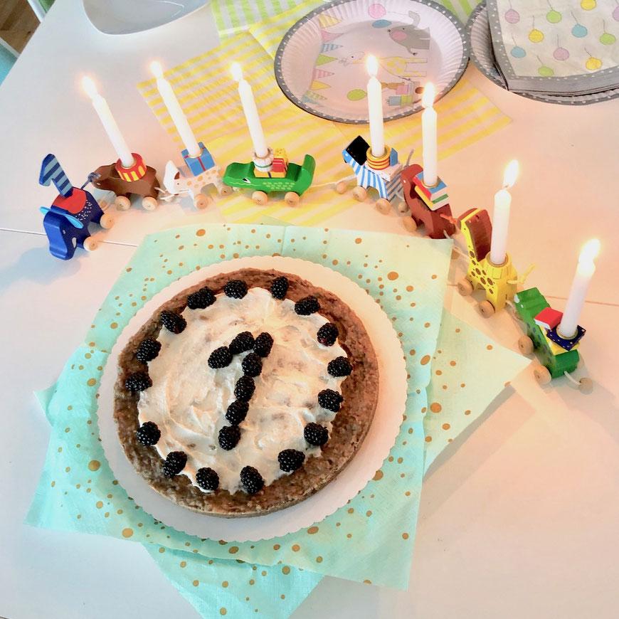Kuchen zum ersten Geburtstag ohne Zucker mit Früchten und Brombeeren