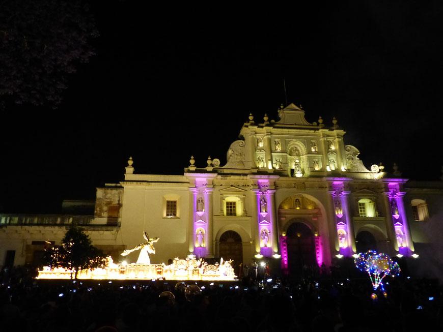 Prozessionen bei Nacht vor der Kathedrale in Antigua Guatemala