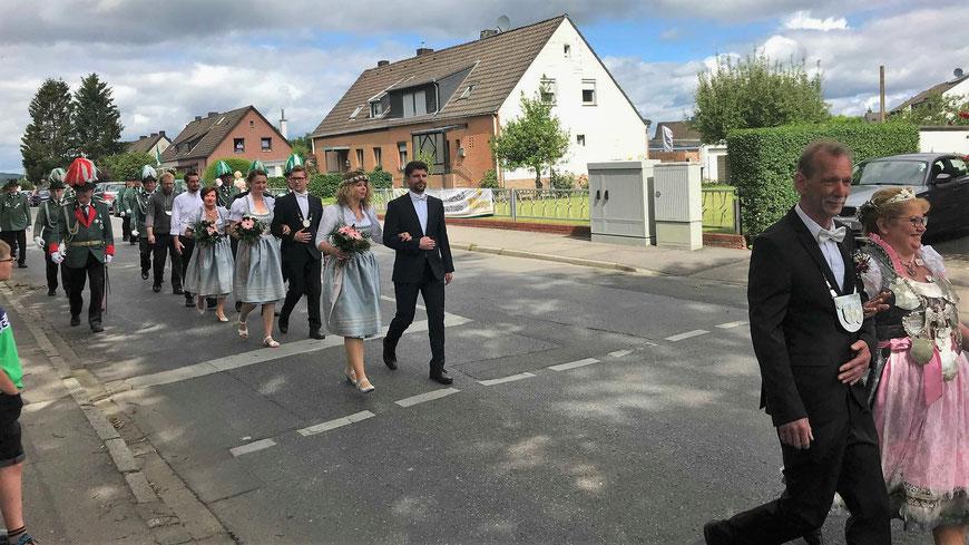 Kirmes 2019 Präsentiermarsch Schützenkönigin Gefolge Bürgerkönig Pfarrer Schützen