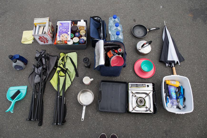 """Meine """"Camping-Essentials"""". Als kleinen Luxus gönne ich mir eine Bibliothek (oben links)."""