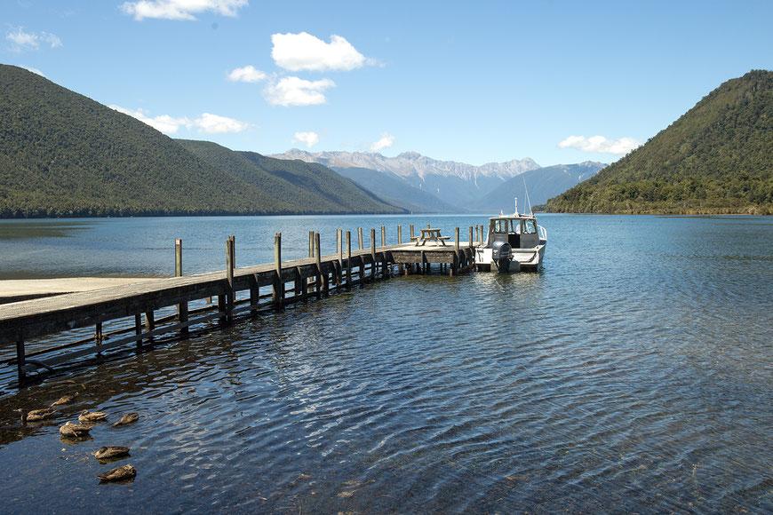 Bereits auf dem Weg zur Westküste warten zahlreiche Sehenswürdigkeiten, wie der Lake Rotorua im Nelson Lakes National Park.