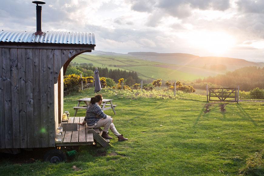 Eine meiner Lieblingsunterkünfte während der Reise durch Schottland – ein Bauwagen mitten auf einer Wiese voller Schafe. (c) Salomé Weber