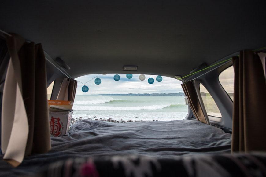 """Aussicht auf die unter Surfern berühmte """"Manu Bay"""" in Raglan. Campen ist hier verboten, aber den Ausblick genießen ist erlaubt."""