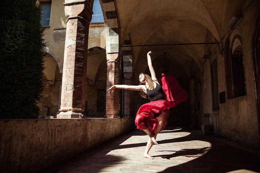 Ballerina nei chiostri del S.Agostino a Crema