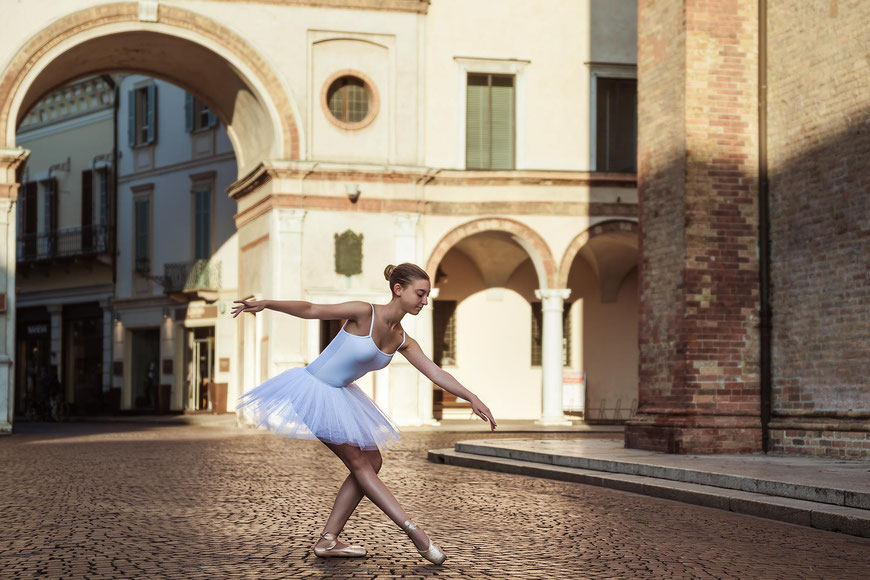 Ballerina in Piazza Duomo a Crema