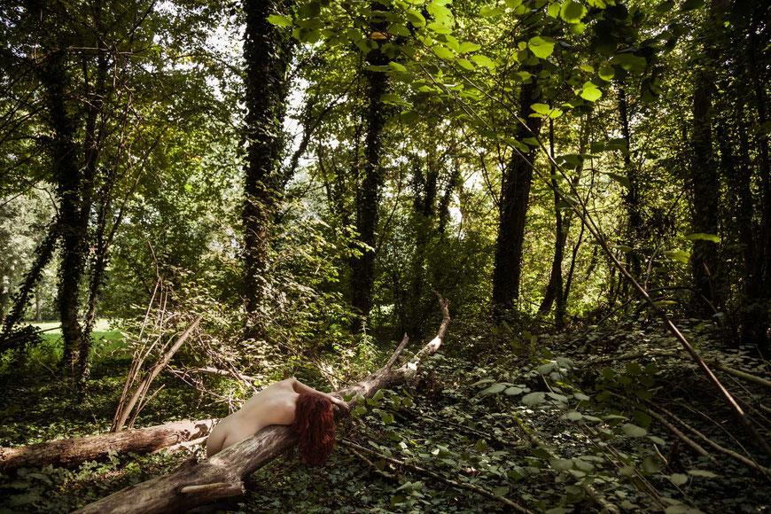 Donna nuda nella natura
