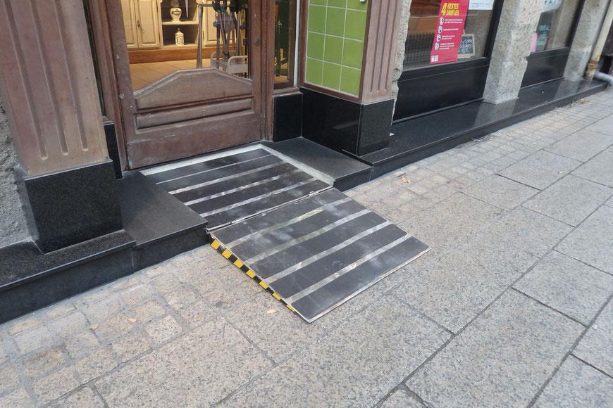Installation d'une rampe encastrée pour accessibilité aux personnes à mobilité réduite