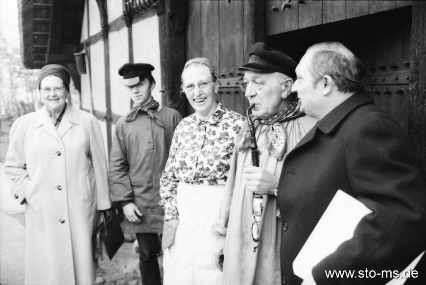 Empfang auf dem Mühlenhof - Bildmitte ,Mutter Antonia' und Anton Hölscher - rechts Brauereidirektor Wolters