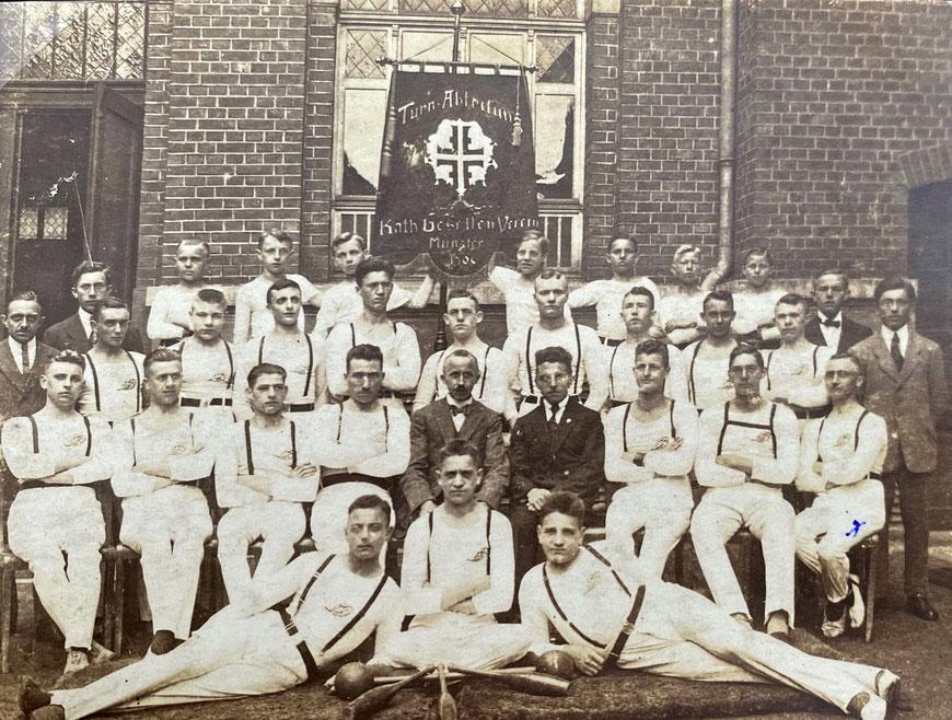 Turn-Abteilung des Katholischen Gesellenvereins - Ludwig Prinz 2. Reihe rechtsaußen - etwa1920