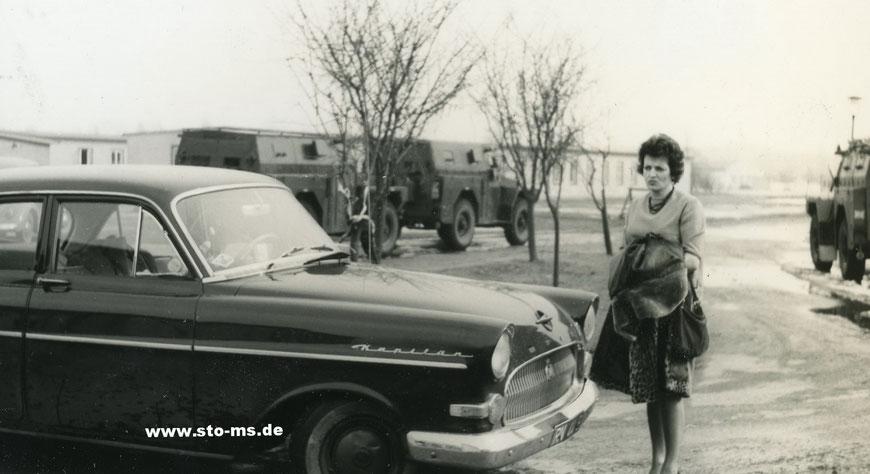 Stolz neben dem neuen Opel Kapitän in der York-Kaserne Gremmendorf Ende 1950er