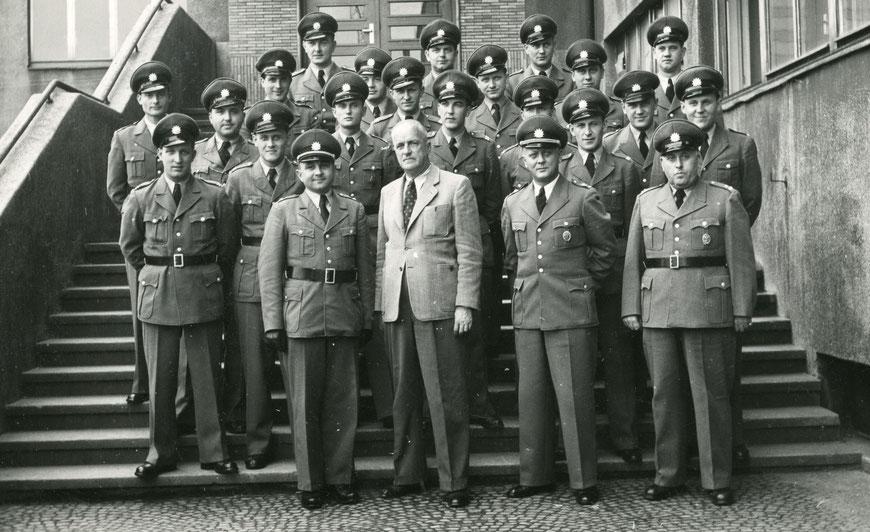 60er Jahre - 2. Reihe, 2. von rechts: Heinz Babatz - Karl-Heinz Jablonowski direkt hinter dem Herrn in Zivil