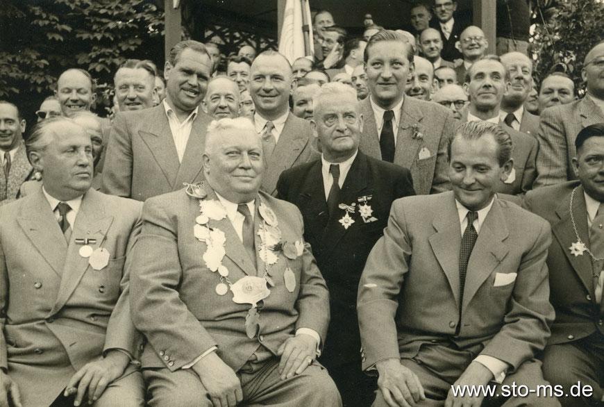 Schützenkönig Kiepenkerlwirt Bernhard Zander mit Gefolge - Alte Herren Preußen Münster 1952