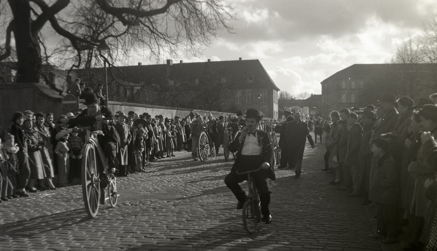 Karnevalsumzug am Schlossplatz um 1958