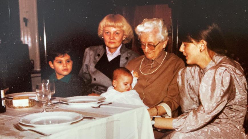 Uroma Sefchen (2. von rechts), Oma Margarethe, rechts Martina und Kinder