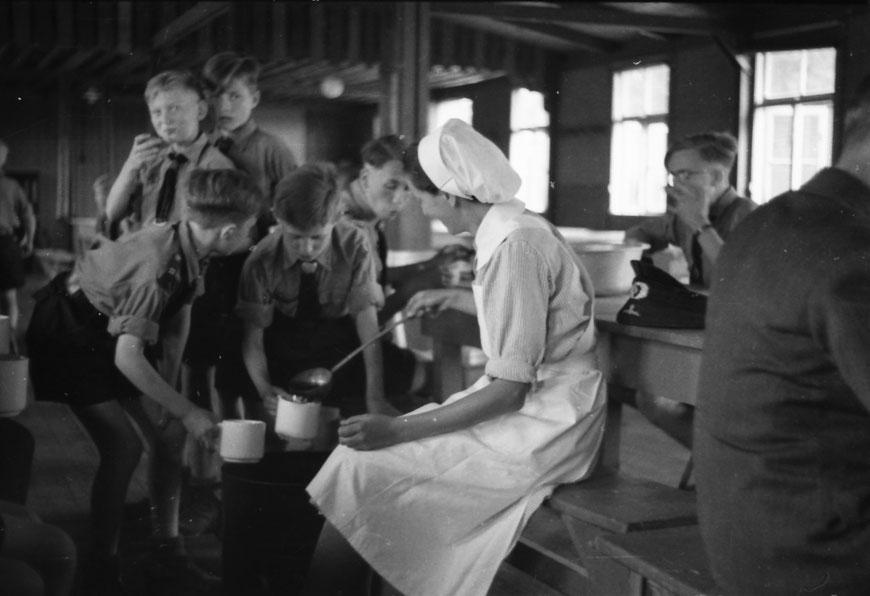 Rotkreuzschwester bei der Essensausgabe