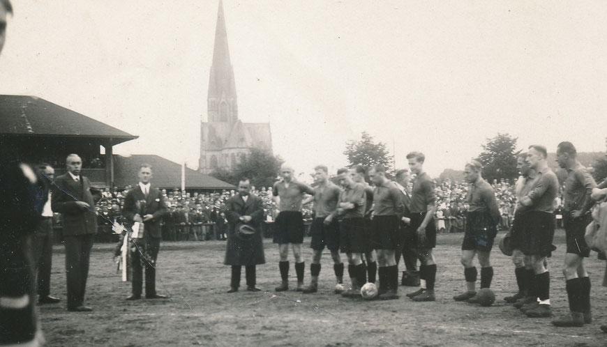 SC 08 um 1920 - Herz-Jesu-Kirche imHintergrund