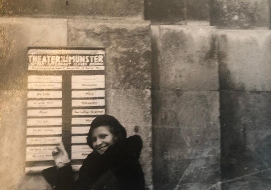 Meine Tante Elsa Balster vor dem Theatereingang! Sicher haben diese Fotos Seltenheitswert!