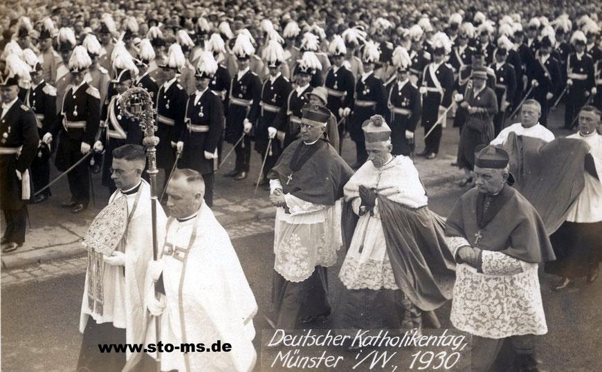 Nuntius Orsenigo auf dem Schlossplatz mit Abordnungen der Schützenvereine