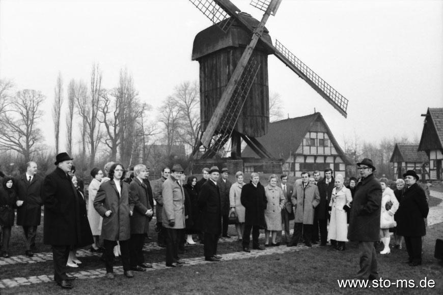 Theo Breider mit Besuchergruppe von der Germania Brauerei - um 1970
