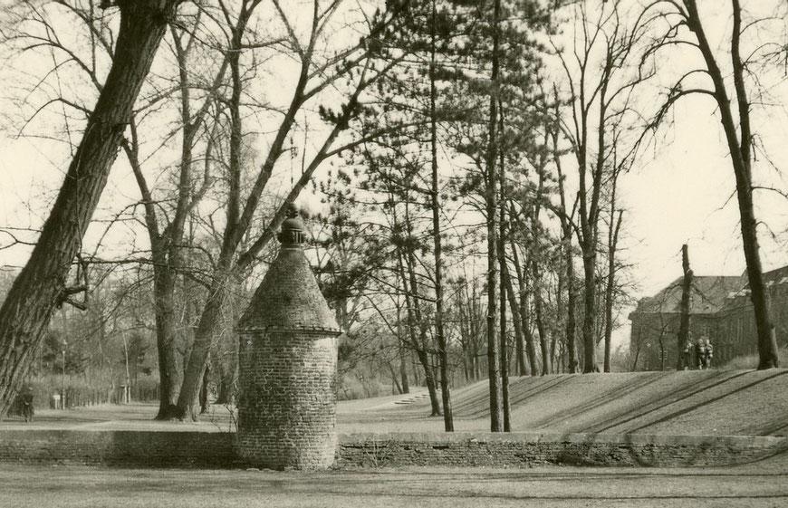 Der ,Wasserbär' (hier zwischen Promenade und Kleimannstraße) regulierte den Wasserstand der Gräben - Foto 1954
