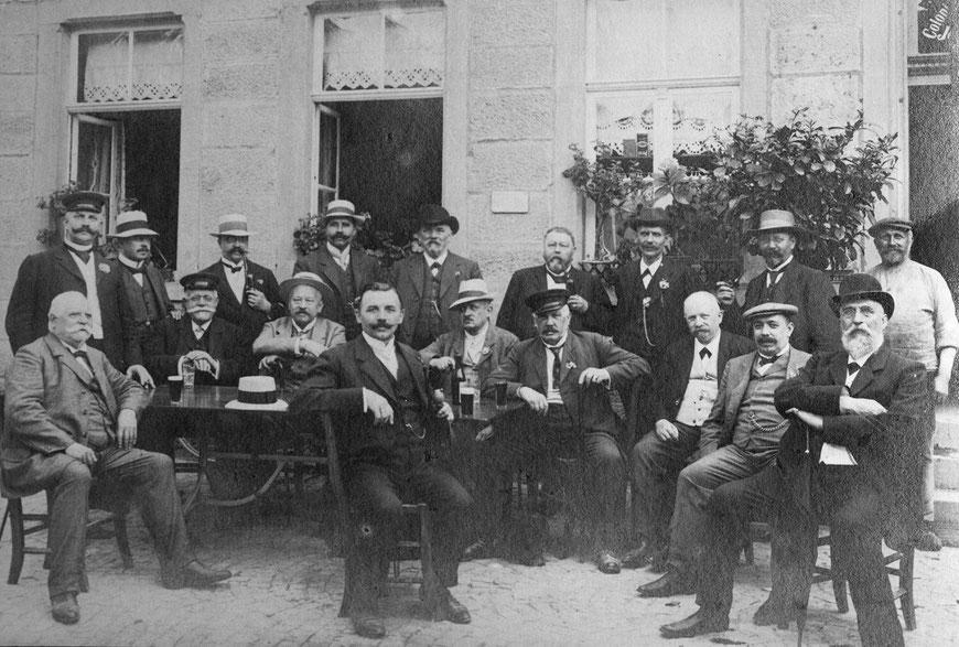 1904: Theodor Beisenkötter (sitzend zweiter von rechts)