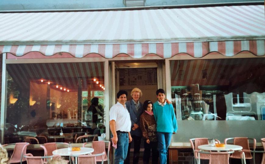 Familie Campisi vor dem Eiscafé um 1990