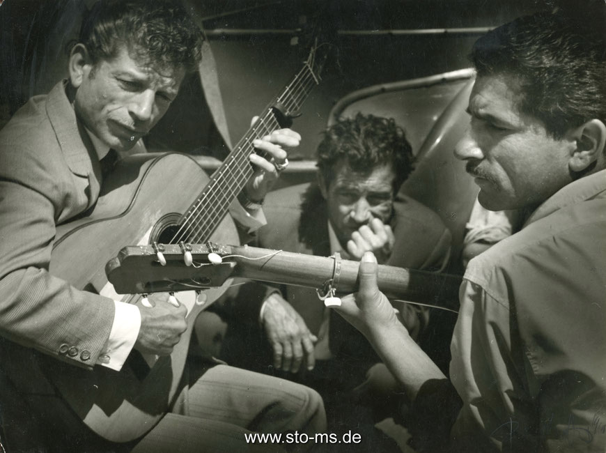Saintes-Maries-de-la-Mer mit dem später berühmt gewordenen Gitarristen Manitas de Plata - Frankreich 1956