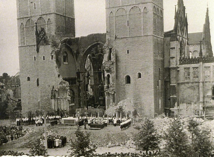 Große Prozession vor dem zerstörten Westportal des Doms 1946