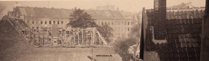 1943: Im Hintergrund die beschädigte Aegidii-Kaserne - Heimlich, unter Strafe  fotografiert