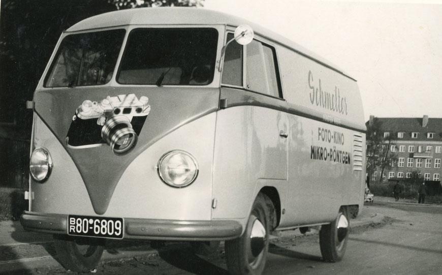 Schmelters VW-Bulli mit Leica-Werbung