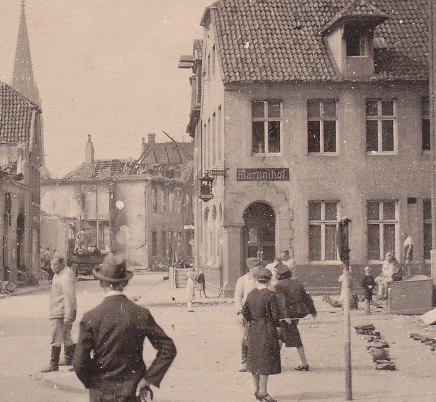 Hörsterstraße nach Bombenangriff - Im Vordergrund der Martinihof, Geisbergs Elternhaus verdeckt (Bildmitte am Treppenaufgang)
