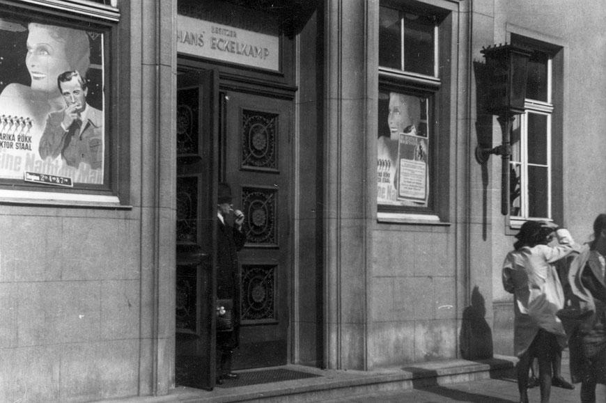 Gertrudenhof  um 1940 mit Filmplakat ,Eine Nacht im Mai' mit Marika Rökk und Victor Staal