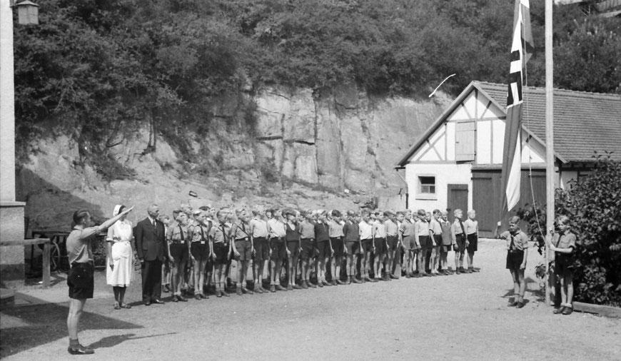 Neben Ernst Wenzel nimmt eine Rotkreuz-Schwester am Appell teil. Der Großteil der Jungen trägt noch nicht die HJ-Kluft.