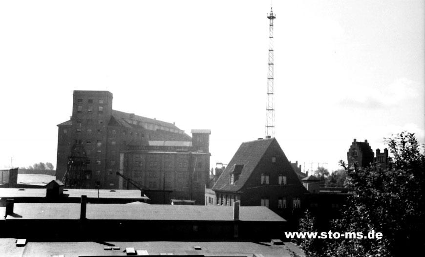 Blick aus Wenzels Wohnung auf das Hafengebiet mit WDR-Sendeturm