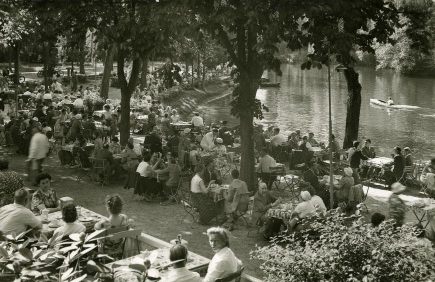 Kaffeetrinken bei Vennemann  - Garten und Werse um 1960