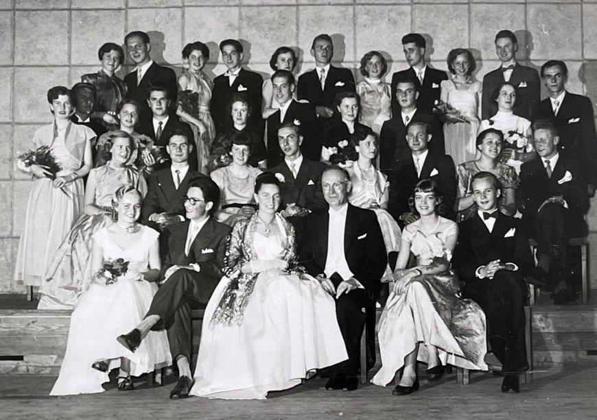 Schlussball Tanzschule Dr. Oberbach 1956 - Ellen rechts neben Dr. Oberbach