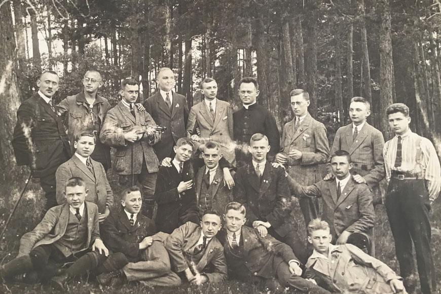 Katholisch kaufmännischer Verein 1929 - Kaplan Reinhold Friedrichs: obere Reihe - Josef Schmelter: Bildmitte