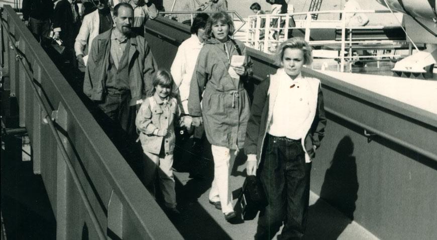 Sonja mit ihrer Familie auf Juist 1988