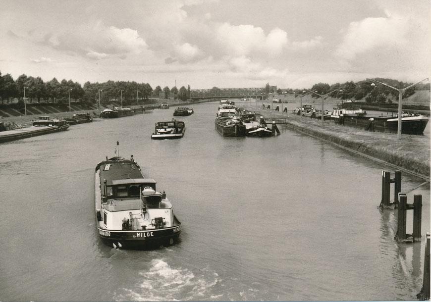 Reger Schiffsverkehr im Schleusenbereich 1965