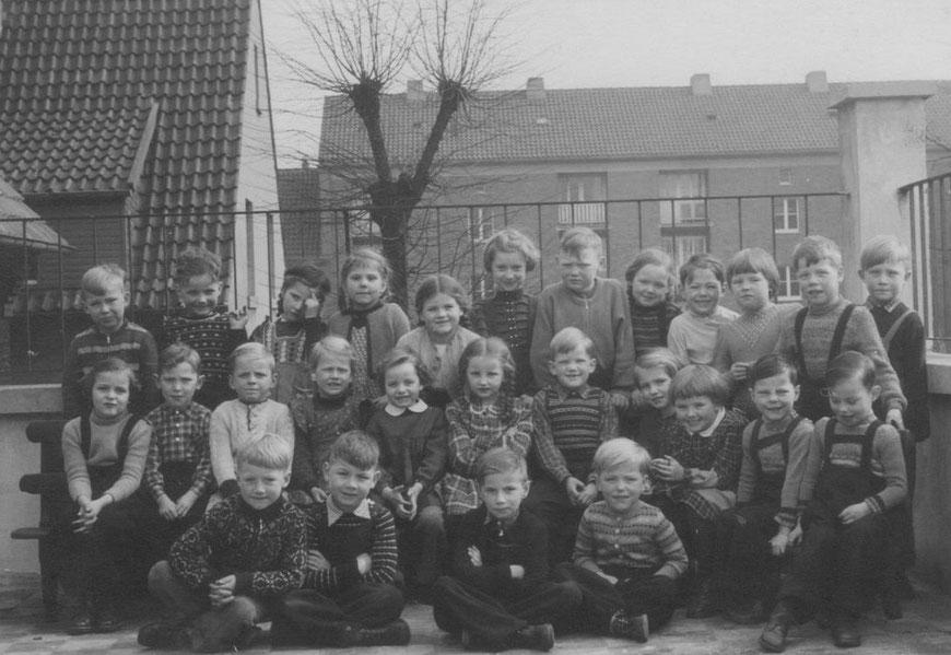 Kindergarten in Pluggendorf, An den Bleichen, Abschlussjahr 1955/1956, Alter ca. 6 Jahre - Dieter in mittlerer Reihe mit weißem Jäckchen, und viele künftige Schulkinder
