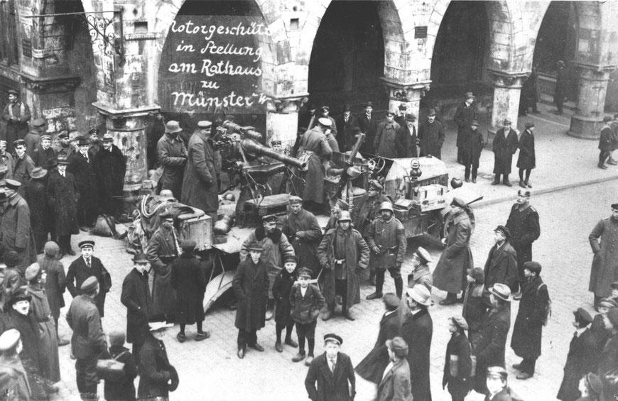 Soldaten, Passanten und Geschütz vor dem Rathaus - Sammlung Stoffers (Münsterländische Bank - Stadtarchiv)