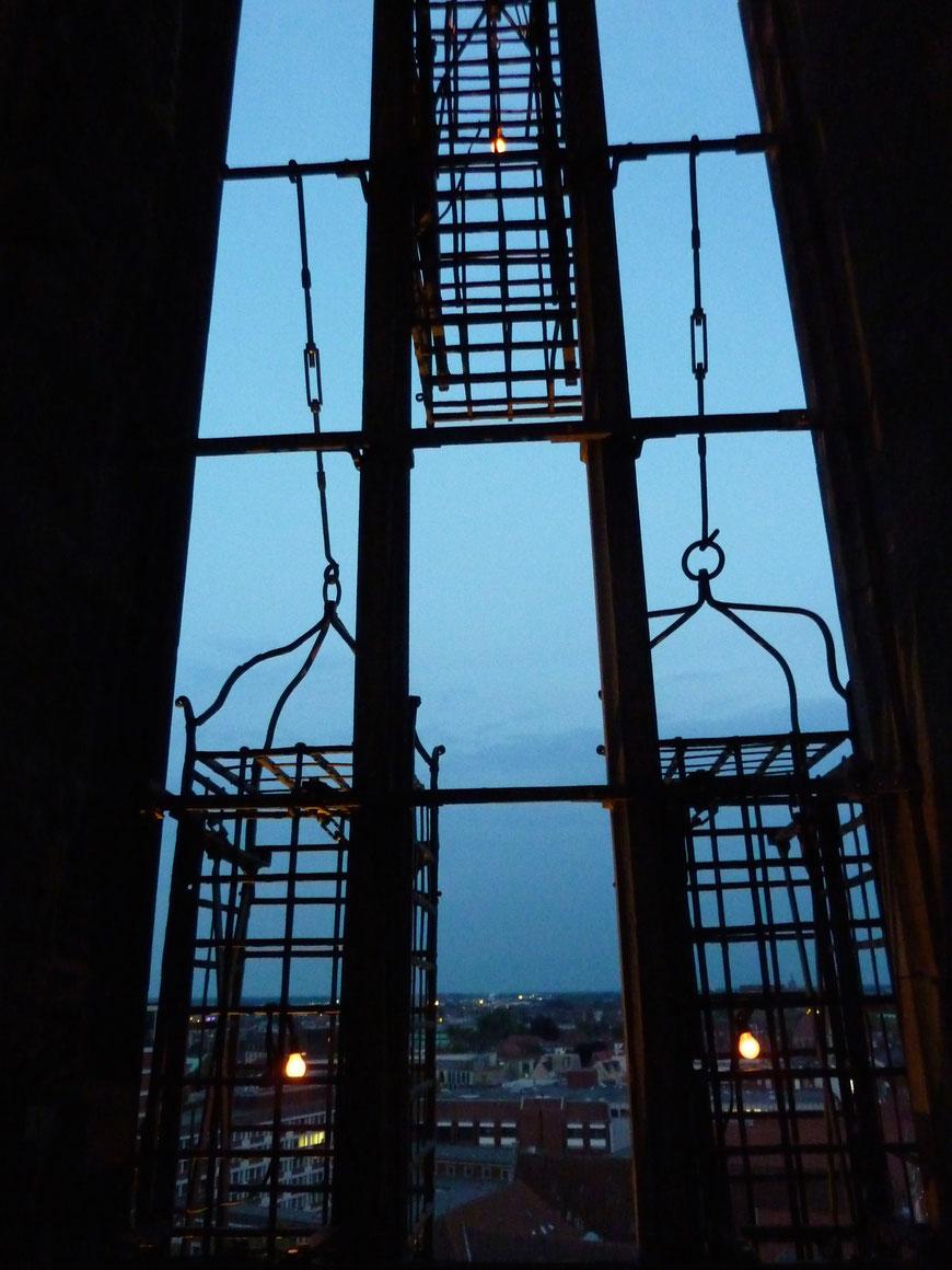 Die Käfige der Täufer mit den brennenden Lichtern der Baumgarten-Installation