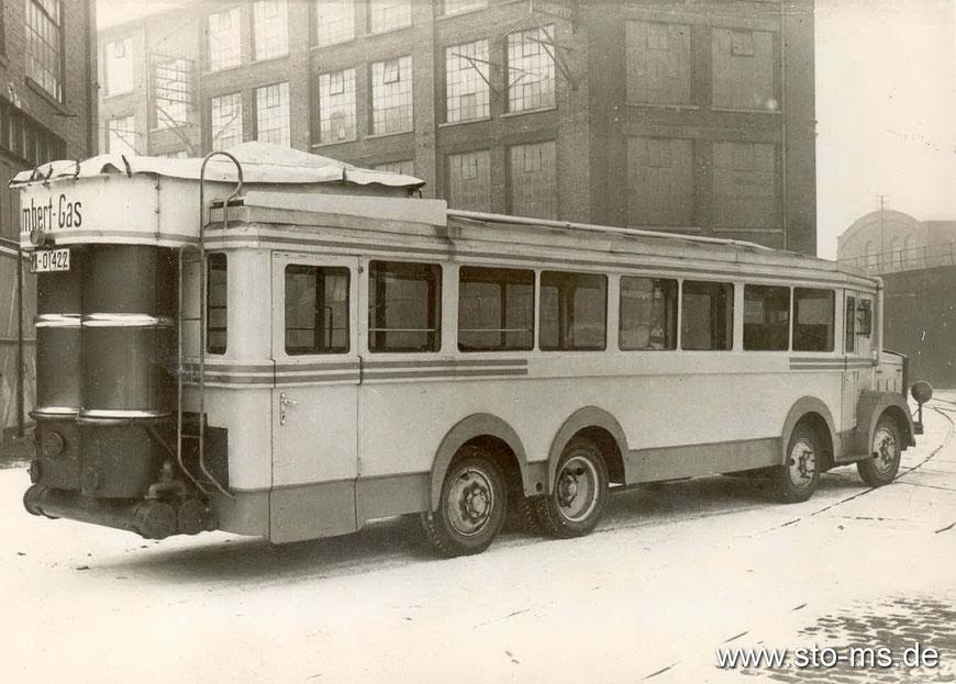 In den Kriegsjahren herrschte Spritmangel, daher waren Autos und Buse auch mit Holzvergasern ausgestattet