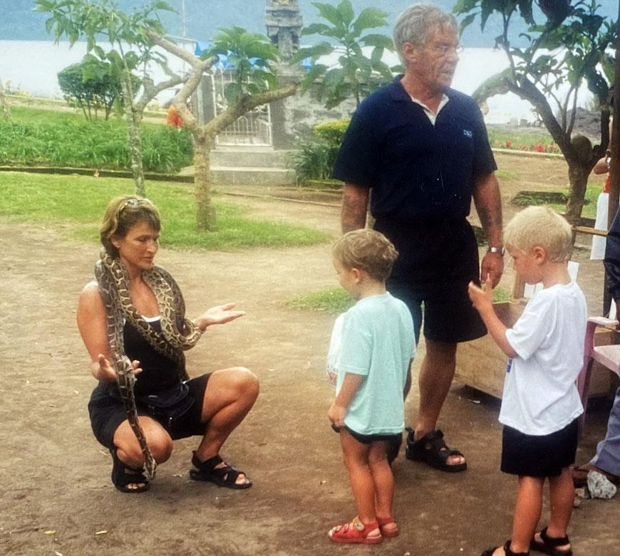 ,Habt keine Angst.': Liane mit ihren Söhnen und Schwiegervater  als Schlangenbändigerin