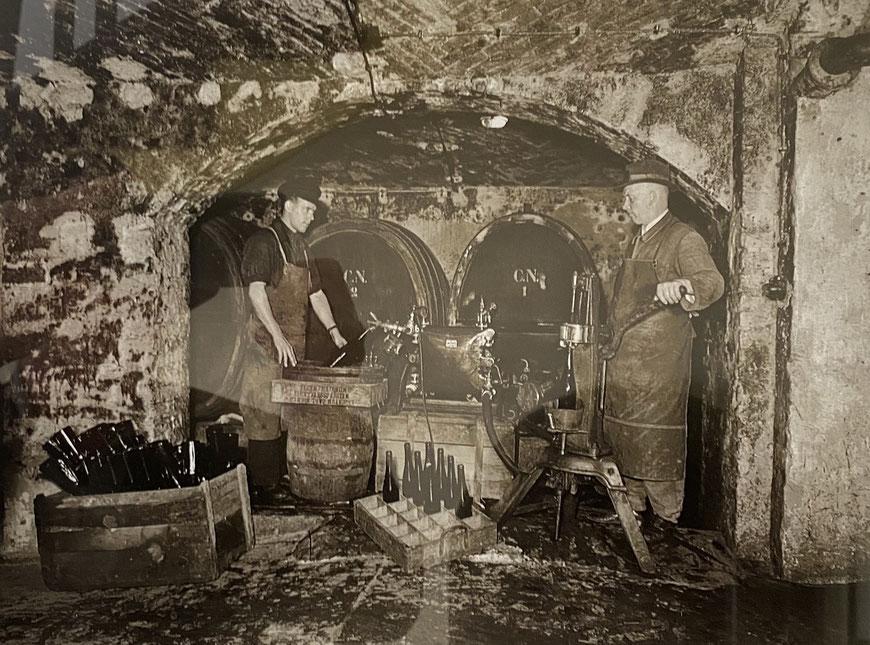 Abfüllen der Weinflaschen im Weinkeller