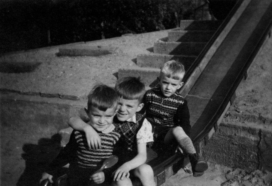 Ich (vorne) mit meinen Brüdern auf der Rutsche am Spielplatz Südstraße