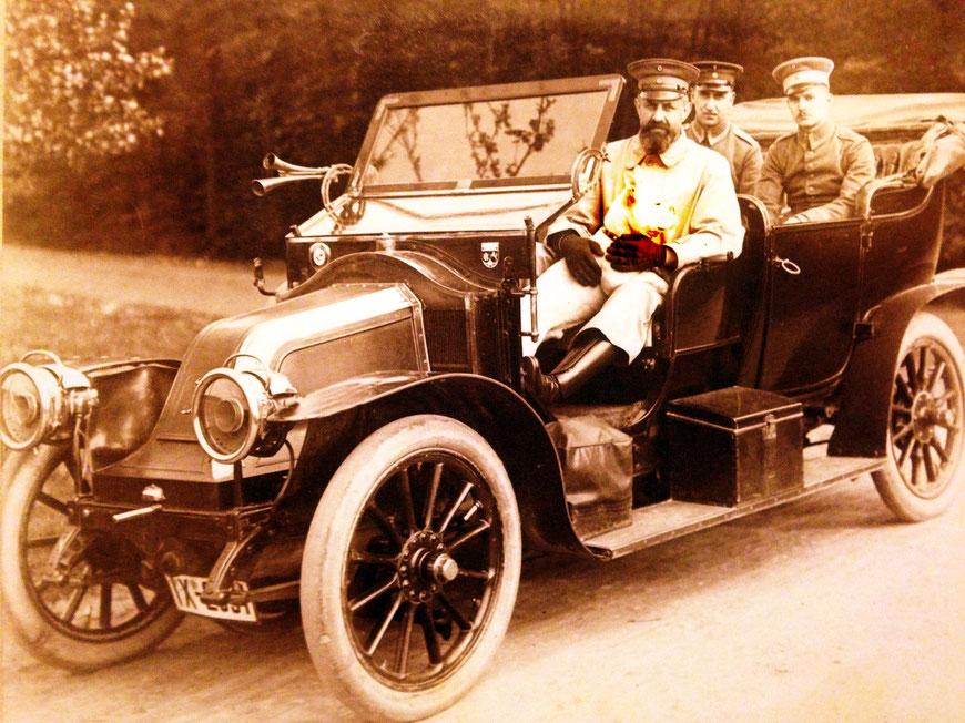 Sanitätsrat Dr. Bunsmann voll Stolz in seinem Auto, welches damals eines der wenigen in Münster war. Auf dem Schoß hat er den Hund Bob.
