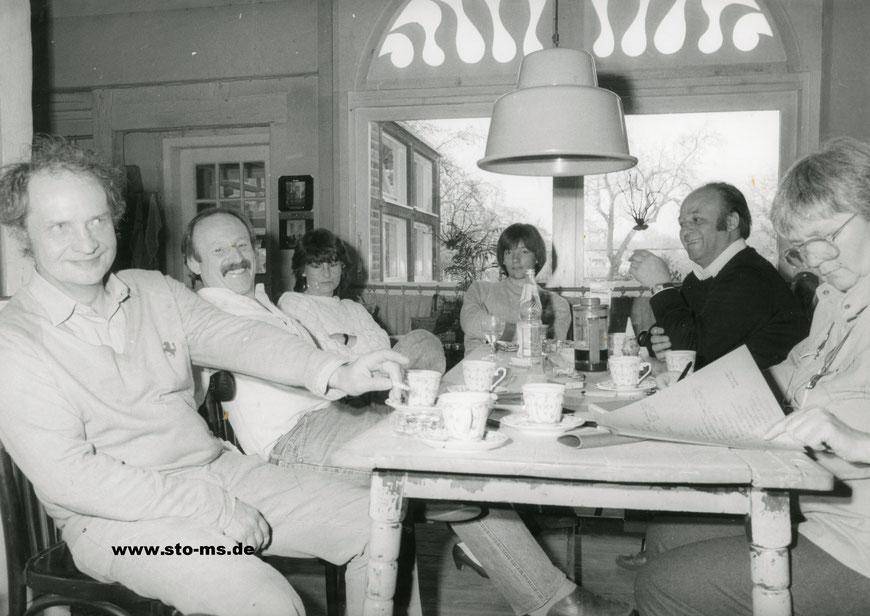 Brainstorming im Kotten Kasewinkel - rechts Karin und Lothar Weldert, links vorn der Künstler Ernst Paulfeierborn