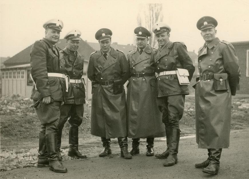 60er Jahre - ab 2. von links: Hans Wieland (Verkehrsdienst), Heinz Tölle, Heinz Gödeke (Verkehrsdienst), Heinz Babatz (Verkehrsdienst) und Karl-Heinz ,Bubi' Gieseler, der bekannte Polizist vom Prinzipalmarkt