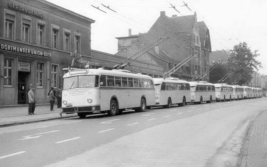 O-Busse vor dem Gertrudenhof Mitte 1965er Jahre
